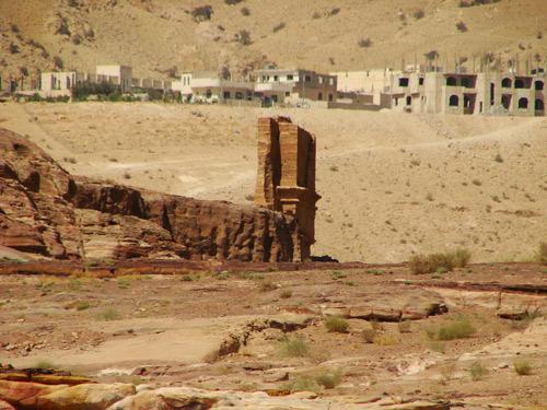 إحدى الواجهات في البتراء مع قرية أم صيحون في الخلفية