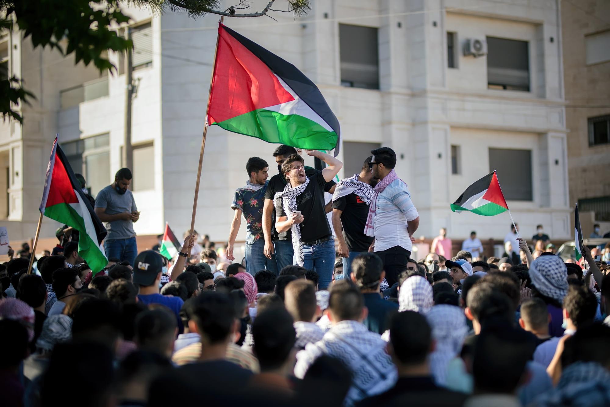 متظاهر يهتف قرب السفارة الإسرائيلية
