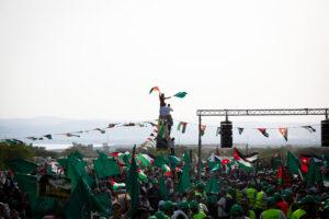 متظاهرون يعتلون برجًا في مهرجان الحركة الإسلامية في قرية سويمة