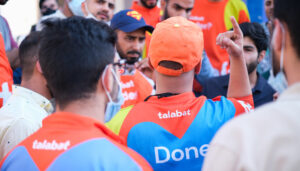 سائقو شركات طلبات معتصمين أمام مقر الشركة في عمان رفضا للتسعيرة الجديدة