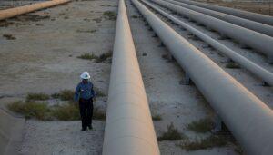 عامل في أرامكو يتفحص أنابيب مصفاة النفط